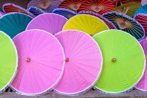 Sombrillas de papel de colores hechos a mano en Chiang Mai, Tailandia foto