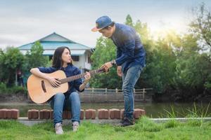 dos personas, amigos, tocar la guitarra, resto, en, verano, feliz, en vacaciones foto