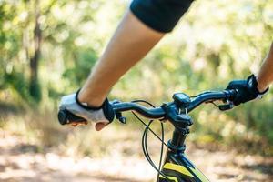 Los ciclistas de montaña agarran el mango de la bicicleta, centrándose en el cuello de la bicicleta. foto