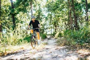 los ciclistas montan. frenar mientras se conduce una bicicleta por un camino vacío foto