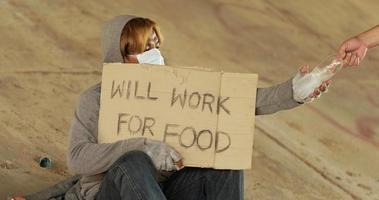 hombre sin hogar, tenencia, cartel video