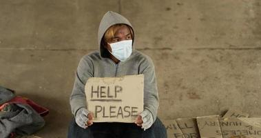hombre sin hogar con ayuda por favor firme video