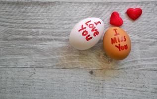 te amo y te extraño escribe en huevos foto