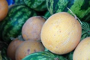 Delicioso melón orgánico en la tienda de comestibles foto