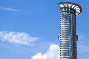 enorme edificio de torre de negocios foto