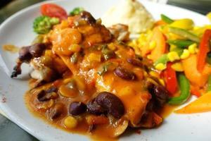 Pollo a la parrilla con salsa de frijoles mexicanos foto