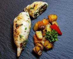 tubos de pulpo rellenos con verduras mediterráneas foto