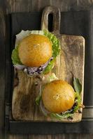 composición con deliciosa hamburguesa vegana foto