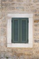 Ventana en edificio antiguo en Montenegro foto