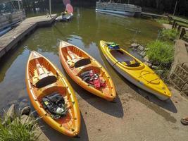 kayaks por la orilla del lago en verano foto