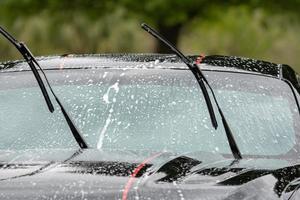 lavado de coche con espuma en verano foto