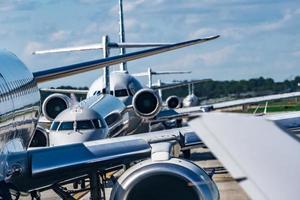 Ajetreado tráfico de asfalto del aeropuerto antes de que los aviones despeguen foto
