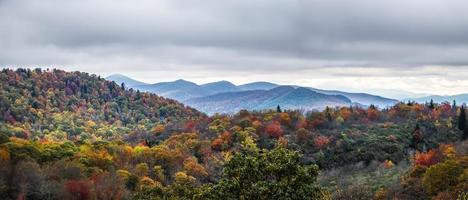 cresta azul y montañas humeantes que cambian de color en otoño foto