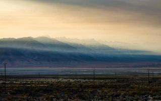 Lago Owens surrealista al atardecer en California, EE. foto