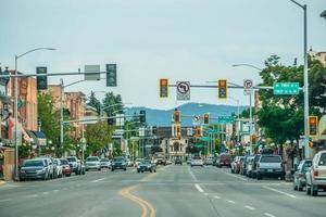 Calles y arquitectura de la ciudad de Kalispell Montana foto