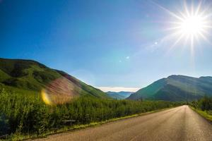 Conduciendo a lo largo de las carreteras del lago mcdonald en el parque nacional glacier montana foto