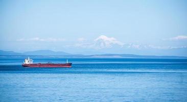 Buque petrolero de carga en el océano foto