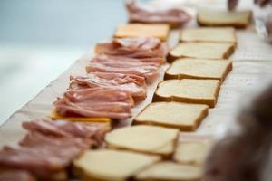 estudiantes de compañeros de trabajo que preparan comida para organizaciones benéficas o personas sin hogar foto