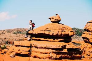 Viajero sentado sobre una roca en la meseta sudafricana de magaliesberg foto