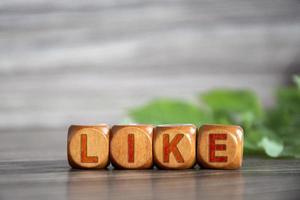 como. la palabra como está escrita en cubos de madera foto
