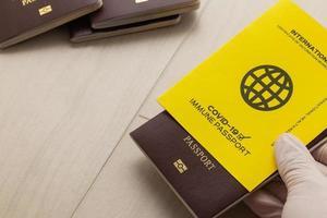 mano sosteniendo pasaportes de vacunas foto