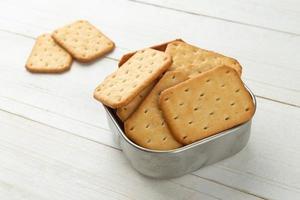 galletas saladas en un recipiente de acero inoxidable foto