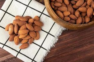 almendras en mantel sobre la mesa, snack saludable, comida vegetariana foto