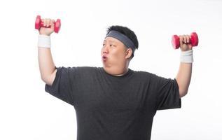 joven gordo ejercicio con mancuernas foto
