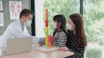 un rendez-vous d'examen mère et fille avec un médecin asiatique. video