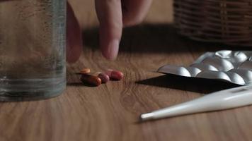 gros plan d'un patient de sexe masculin prenant des médicaments, buvant de l'eau. video