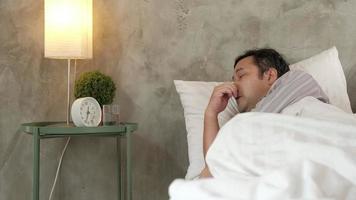 l'homme de bureau asiatique est absent du travail pour cause de maladie. video