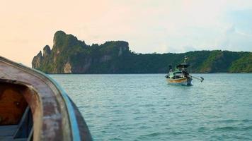 barco amarrado en el mar esmeralda video