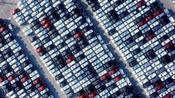 grande área de estacionamento com muitos veículos video