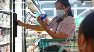 madre está eligiendo productos lácteos frescos. video