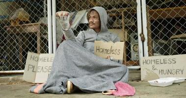 sin hogar con ropa sucia pidiendo cambio video