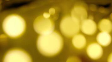 La iluminación de la tira de LED amarillo bokeh desenfoca el primer video