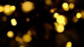luzes noturnas em tempo ventoso, guirlandas amarelas de Natal desfocam bokeh video