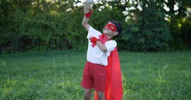 garçon héros en rouge au jardin avec épée video