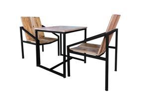 Mesa de madera moderna con patas de acero y silla aislado en blanco foto