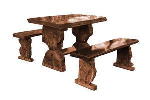 Mesa de jardín con bancos de madera aislado en blanco foto