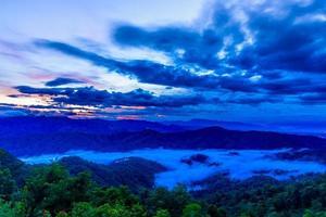 Brumoso amanecer en el mirador de doi mon ngao en Chiang Mai, Tailandia foto