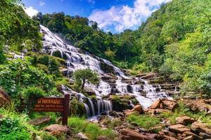 Cascada de mae ya en el parque nacional doi inthanon, chiang mai, tailandia foto