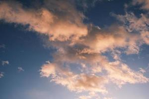 cielo azul con nubes de ensueño por la mañana al amanecer foto