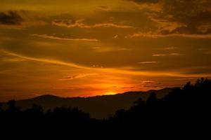 majestuosa puesta de sol en el paisaje de las montañas. foto