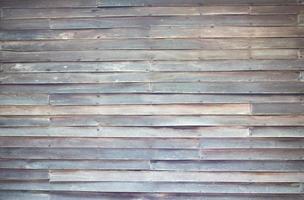 Cerca de la pared de tablones de madera. foto