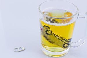 Foto horizontal de coche de juguete en un vaso de cerveza aislado