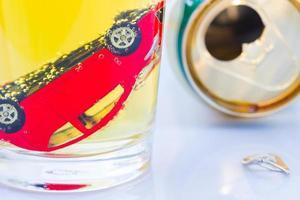 Foto horizontal de coche de juguete rojo en un vaso de cerveza