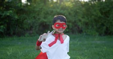 garçon héros en rouge avec une épée marchant dans le jardin video
