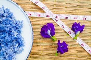Arroz pegajoso azul hecho con flor de guisante de mariposa foto