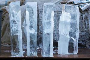 Grandes cubitos de hielo en el mercado tailandés para la venta. foto
